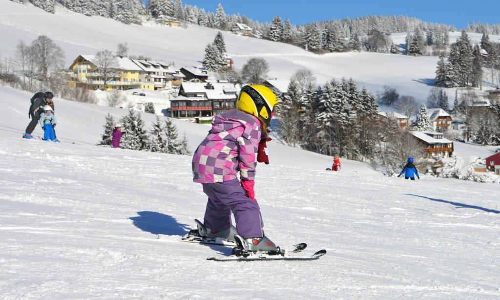Wie Kinder Skifahren lernen: Ein junger Pistenflitzer auf dem Weg ins Tal.
